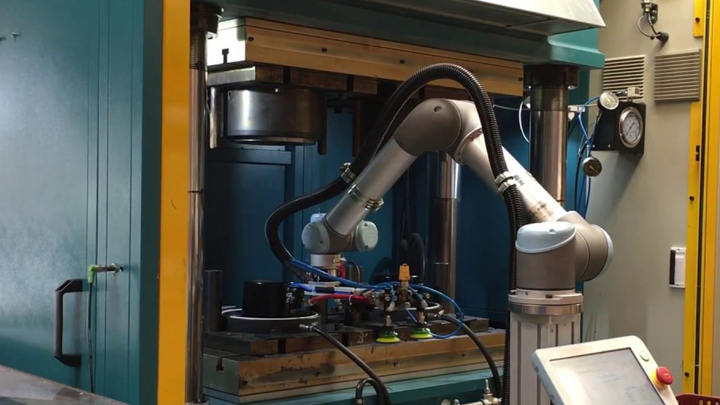 End of Arm Tooling (EOAT) for injection molding